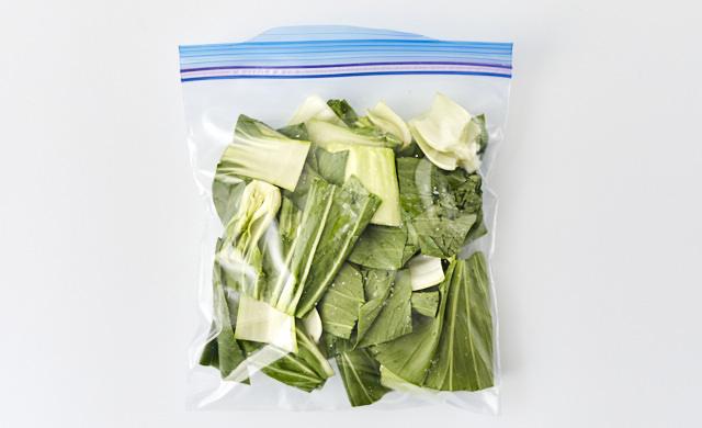 チンゲン菜を冷凍用保存袋に入れている写真