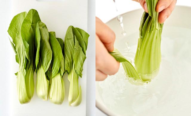 チンゲン菜を四つ割りしている写真