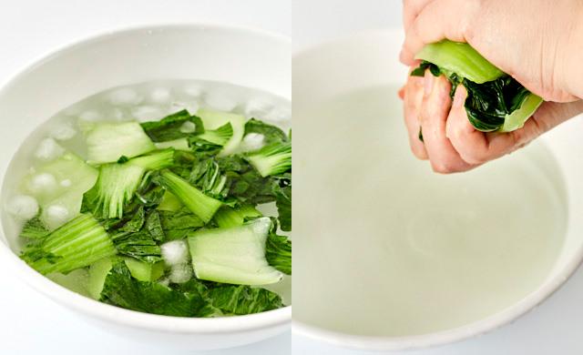 チンゲン菜の水気を絞っている写真