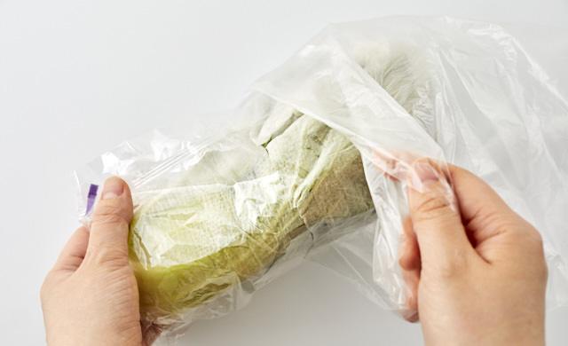 チンゲン菜をポリ袋に入れている写真