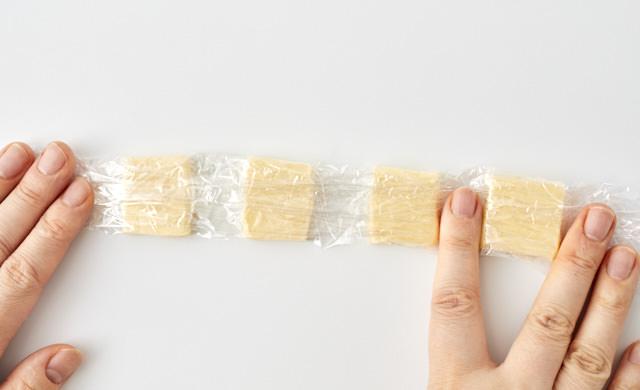 バターをラップで包んでいる写真