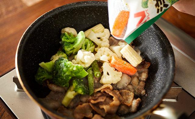 洋風野菜を加えている写真
